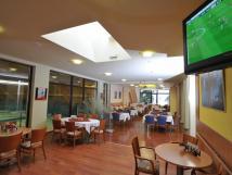 restaurace-hotelu-bzky-s-velkoplonou-obrazovkou